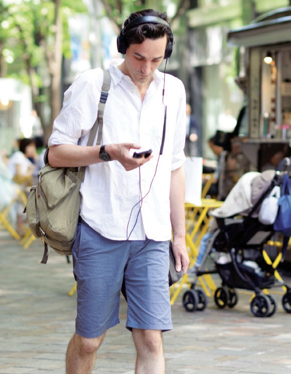 EYES ON THE ROAD—The City of Calabasas is discussingfines for distracted cellphone use.